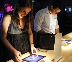 IPads at an Apple store (c) Paolo Fridman/Bloomberg/Getty Images