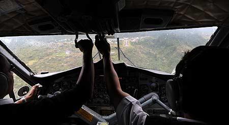 La pista de aterrizaje del aeropuerto de Lukla desde la cabina del avión. Foto: Sebastián Álvaro