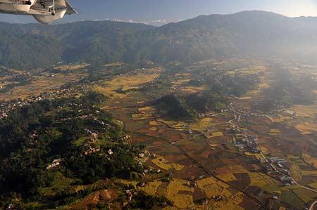 El valle de Kathmandú desde el avión, con el Himalaya al fondo. Foto: Sebastián Álvaro