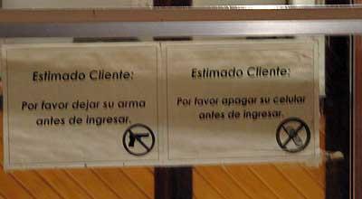 Un cartel en la puerta de entrada de un establecimiento. Foto: Sebastián Álvaro