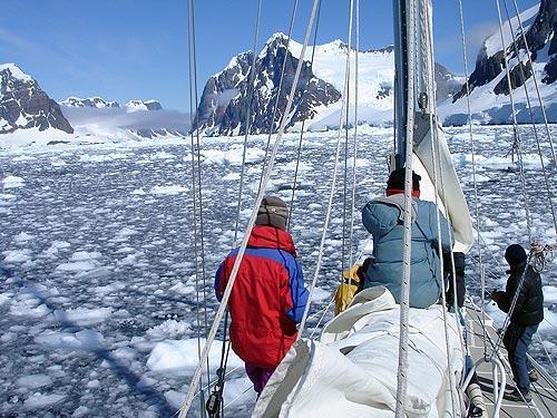 Navegando en el Estrecho de Lemaire. Foto: Sebastián Álvaro