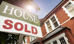 Sold sign in front of house ( Nick White/Cultura/Getty Images)