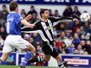 Matt Holland challenges Gary Speed in an Ipswich v Newcastle clash