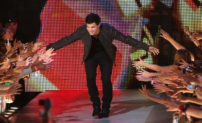 Taylor Lautner gives the audience some love at the MMVAs